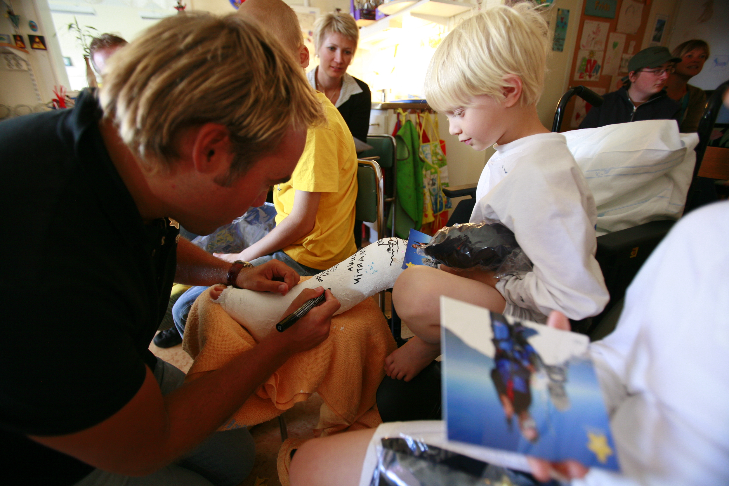 Johan is signing the leg of a little hero at the hospital